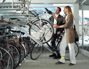 Bicicletero de doble altura con rampa